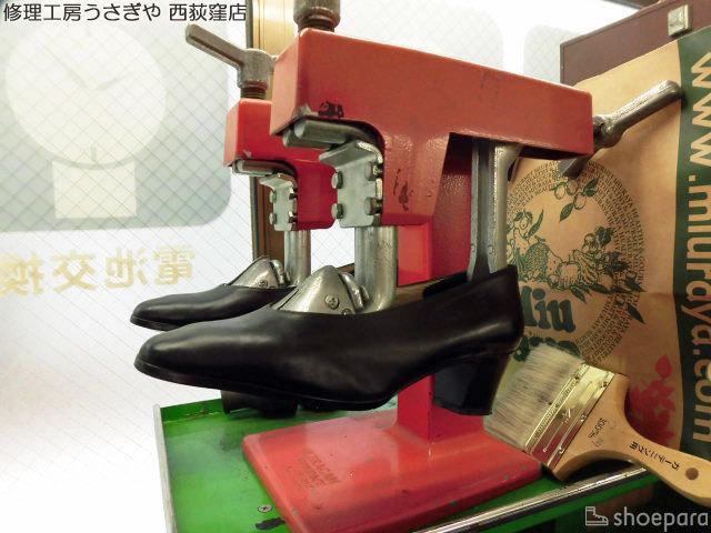 靴修理店で靴伸ばしサービスをされているパンプス