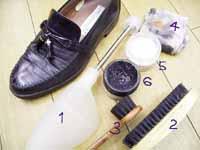 1、シューキーパーまたは木製シューツリー 2、靴ブラシ 3、小さい靴ブラシ 4、靴クリームを塗る布 5、デリケートクリーム 6、靴クリーム