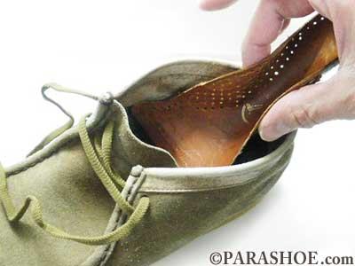敷皮を靴の中へ入れる