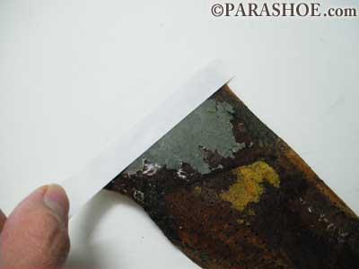 敷革のつま先側の際部分に両面テープを貼ります