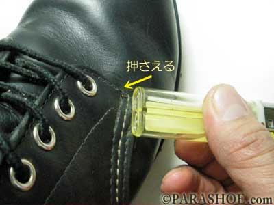 靴の糸のほつれを火であぶって押さえて固める