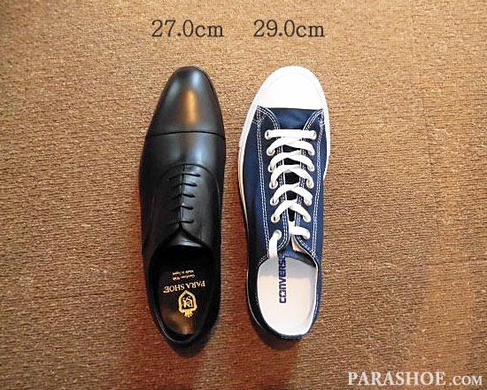 「27.0cm」の革靴と、「29.0cm」のスニーカーの大きさを比較/左足