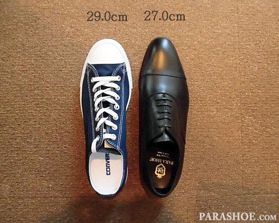 「27.0cm」の革靴と、「29.0cm」のスニーカーの大きさを比較/左右