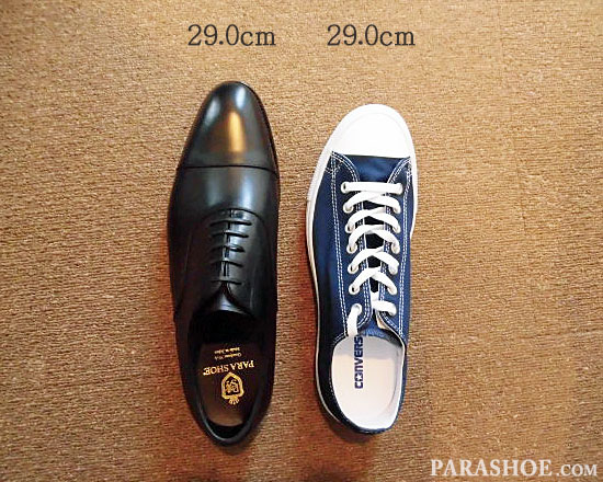 29.0cmのスニーカー(コンバース オールスター)と、同じサイズ「29.0cm」の革靴の比較写真/左足
