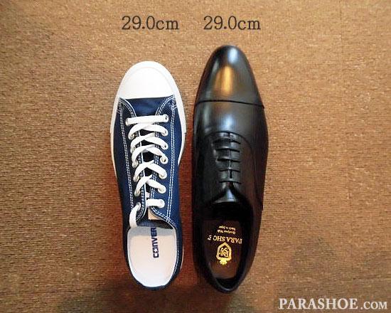 29.0cmのスニーカー(コンバース オールスター)と、同じサイズ「29.0cm」の革靴の比較写真/左右