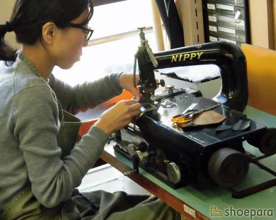 革漉き機で革を漉く職人