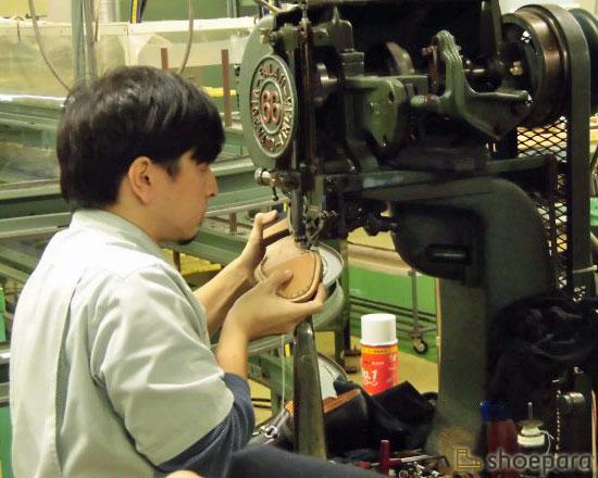 アリアンズ機でマッケイ縫いを行う職人