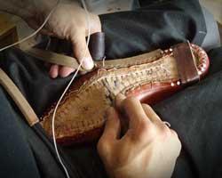 ハンドソーンウェルト製法の「すくい縫い」を行う職人