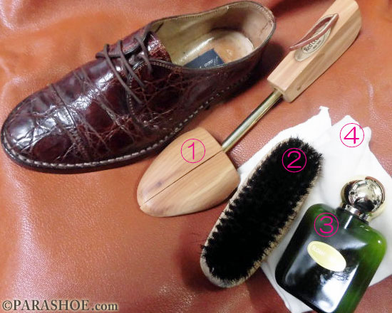 クロコダイルレザー (ワニ革) のお手入れで、必要な用品(1、シューキーパー(シューツリー)2、靴ブラシ3、リザード&クロコ4、クリームを塗る布)