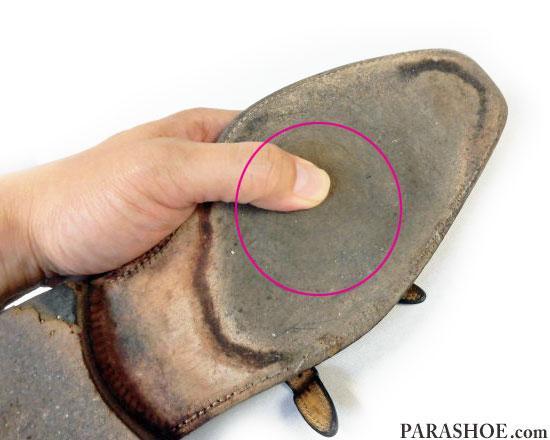 レザーソール(革底)の減りを確認する方法、ソール中央部分を手で押してみる