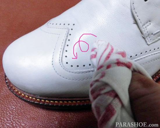 靴クリーナーで汚れを落とす