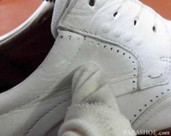 ステッチ部分と穴飾り(メダリオン)に入り込んだ靴クリーム(白)