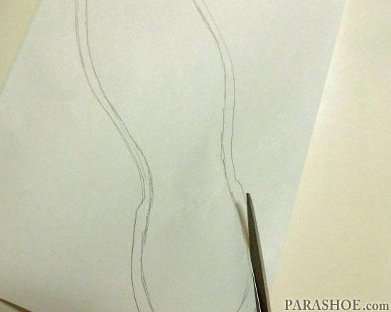 描いたソール内線に沿って、紙をカットする