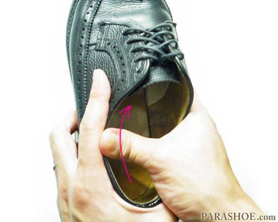 親指を使って履き口(くるぶし部分)を揉む