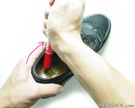 丸い形状を使って履き口(くるぶし部分)を揉む