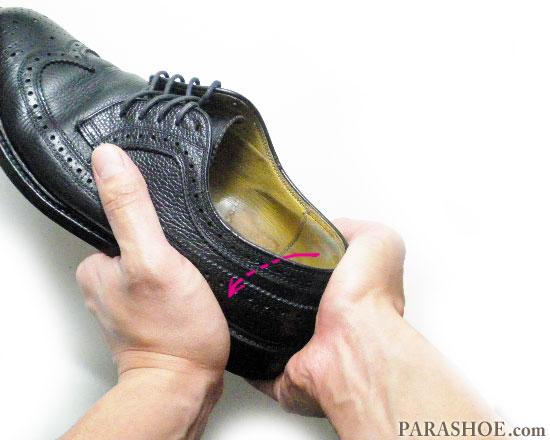 かかとを靴内に向かって内側へ折り曲げる