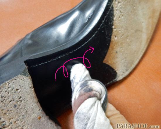 半カラスの黒の部分に靴クリームを塗る