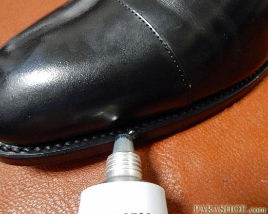 コバに乳化性靴クリームを塗る