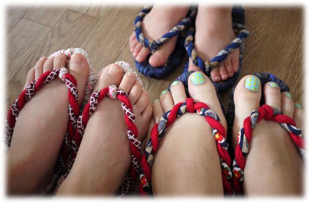 雪駄を履く3人の足