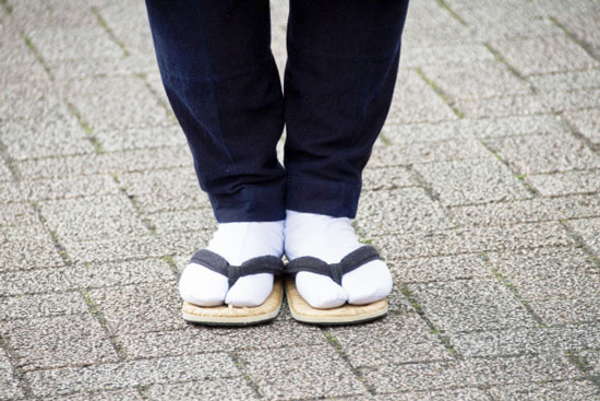 足袋(たび/Tabi)を履いて、雪駄を履く足元