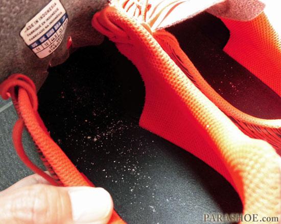 抗菌消臭パウダーを靴全体に行き届かせる