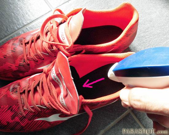 抗菌消臭スプレーを靴の中に噴射する