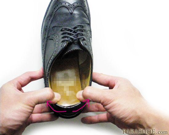 革靴のかかとの履き口を揉みほぐす