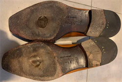 ホールカットの紳士靴(革靴・ビジネスシューズ)修理依頼品のレザーソール摩耗部分